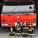 消防署にて子供たちの写真